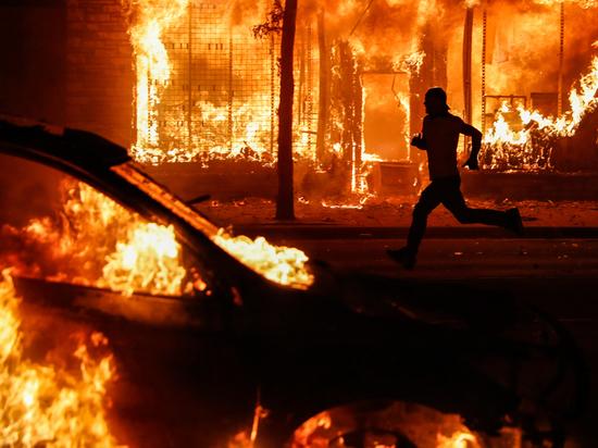 Люди в черном: кто разжигает огонь беспорядков в Америке