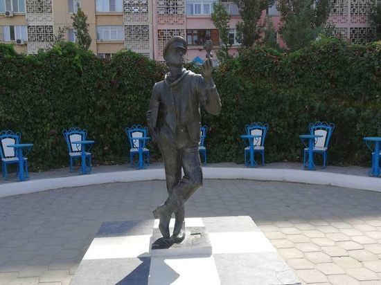В калмыцкой столице привели в порядок памятник Остапу Бендеру