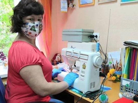 В социальном центре «Меридиан» в Серпухове продолжают пошив масок