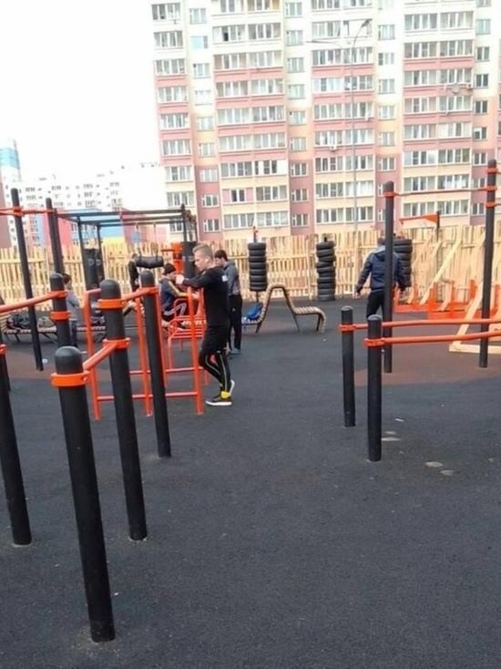 Ограждение появилось на спортивной площадке, расположенной в Московском микрорайоне, после обращения местных жителей
