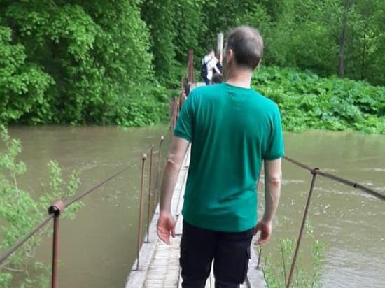 Река затопила мост в Новой Москве и смыла местного жителя
