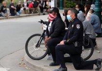 Некоторые полицейские начали присоединяться к захватившим американские города протестам в память о погибшем от рук правоохранителей в Миннеаполисе афроамериканце Джордже Флойде
