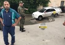 В Новосибирске машина «Яндекс.Такси» провалилась в яму с кипятком