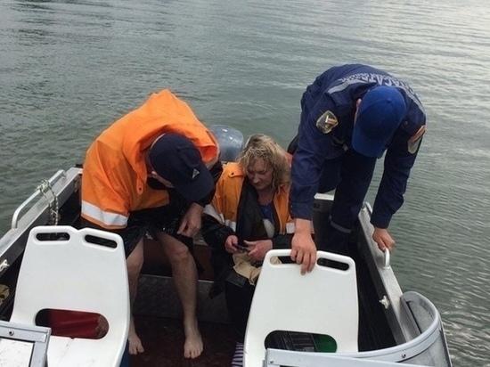 Двух рыбаков, упавших за борт перевернувшийся лодки, спасли в Ростовской области