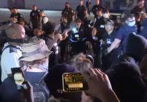 В США не утихают протесты после убийства темнокожего Джорджа Флойда в Миннеаполисе. В их орбиту затягивает все новые города и штаты: Миннесота, Атланта, Нью-Йорк, Портленд, Вашингтон. Протестующие даже ненадолго блокировали Белый дом. В некоторых городах власти против разъяренной толпы вывели Нацгвардию. В ход уже идут газ и резиновые пули. Эксперт рассказал, действительно ли США стоят на пороге гражданской войны.