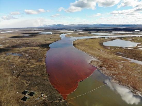 Экологическая катастрофа: показываем кадры разлива нефтепродуктов на реках Амбарная и Далдыкан