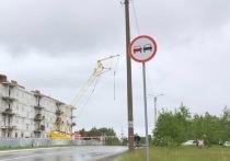 В Ноябрьске над одной из улиц угрожающе накренился строительный кран