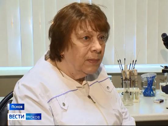 Микробиолог с 50-летним стажем работает в псковской лаборатории