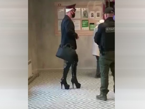 Мужчину на каблуках избила охрана магазина на Урале