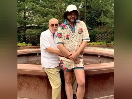 Киркоров в шортиках повторил детское фото с отцом