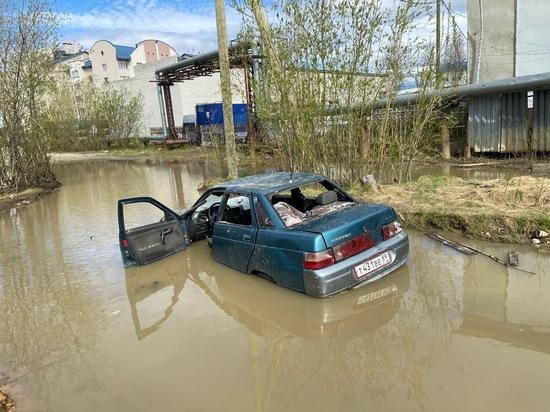 В Салехарде автомобиль тонет в огромной луже
