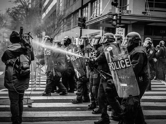 Демонстранта с винтовкой арестовали в Северной Каролине