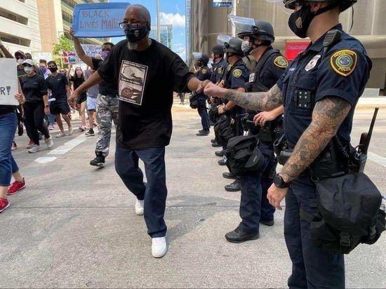 Сотрудника полиции Хьюстона на протестах выдала рука