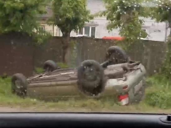 Вечером 3 июня в Московском районе Твери легковой автомобиль слетел с дороги в канаву