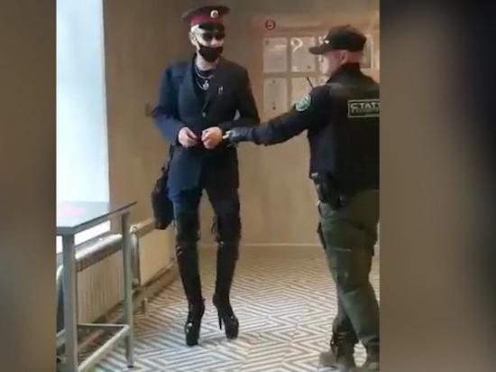 В суд 42-летний мужчина пришел в обычной одежде, без кителя РЖД и высоких каблуков