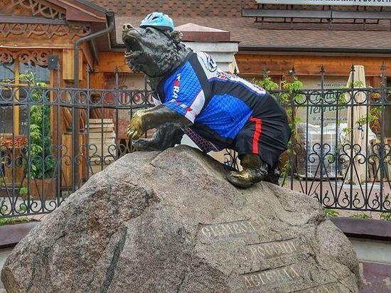 В Ярославле памятник символу города одели в спортивную форму