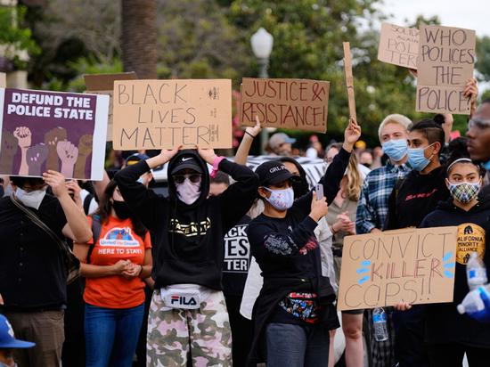 Один из лидеров движения Black Lives Matter, выступающего за права чернокожих в Америке, объявил войну полиции и пообещал, что вооруженные «патрули» в стиле «Черных пантер» будут следить за поведением стражей порядка на улицах