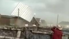 В Чечне чудовищный ветер сорвал крыши домов: видео