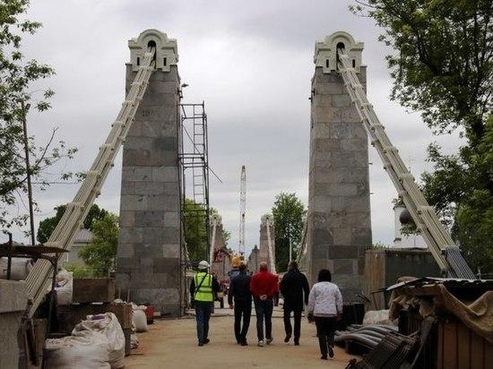 В Острове активно идет ремонт уникальных цепных мостов