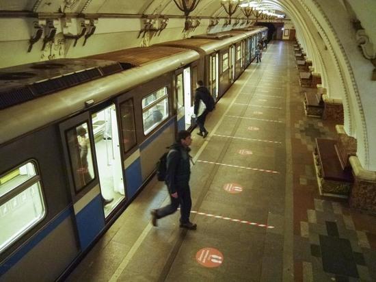 В Москве пассажир спрыгнул на рельсы метро и убежал в тоннель