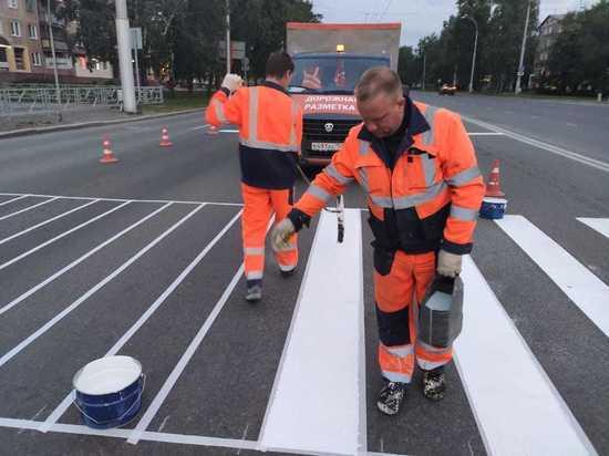 Разметку из холодного пластика наносят на кемеровские дороги