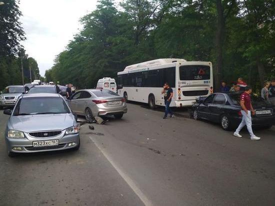 В Ростове водитель «Хендай» пострадал в массовом ДТП