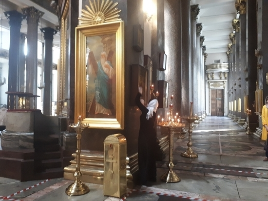"""В храмах Петербурга прихожанам выделили """"квадратики"""": иконы целуют в маске"""