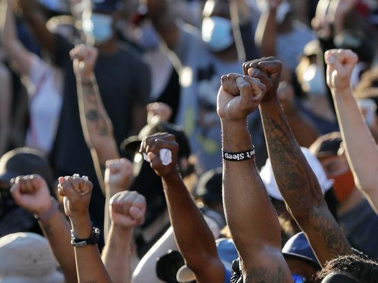 «Полицейского пытались сжечь заживо»: черные бунты в США вышли из-под контроля