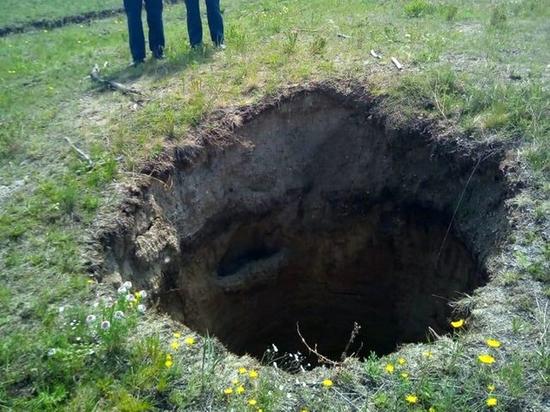 В Забайкалье обнаружили в земле огромные дыры неизвестного происхождения