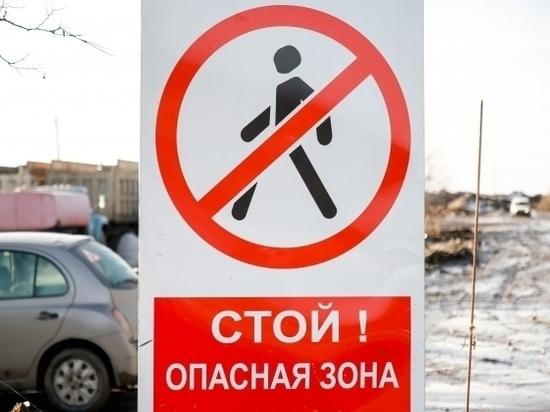 В Волгограде таксист сбил дорожный знак на пешеходном переходе