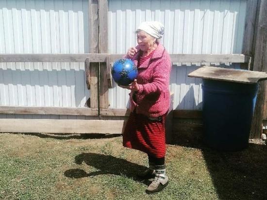 В Бурятии 73-летняя бабушка играет в волейбол с соседями