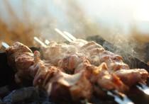 Роспотребнадзор призвал в жару отказаться от мяса и алкоголя