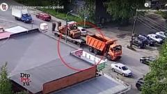 18-летний скутерист влетел под передние колеса самосвала в Петрозаводске