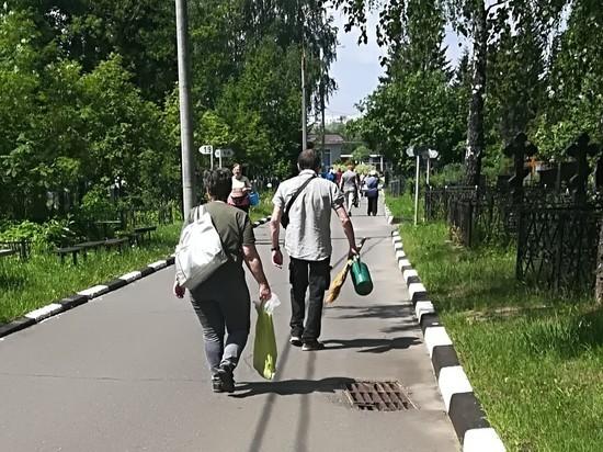 В первый день отмены самоизоляции на московских кладбищах закипела жизнь