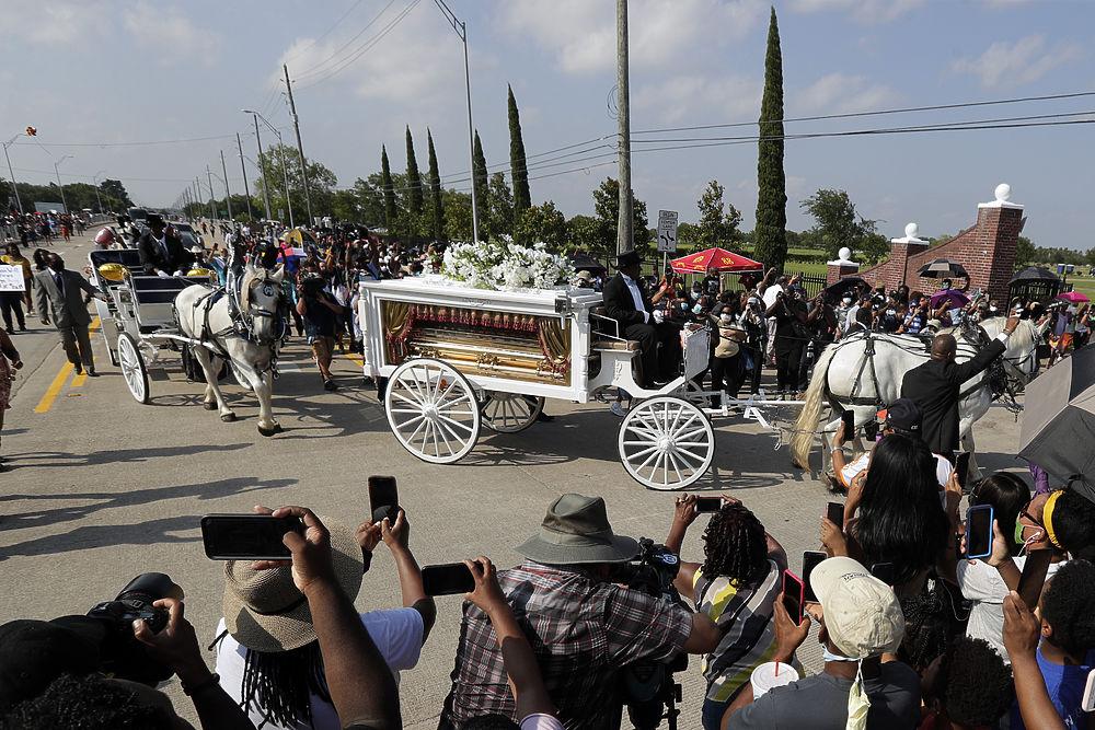 В золотом гробу на белой карете: кадры похорон Джорджа Флойда