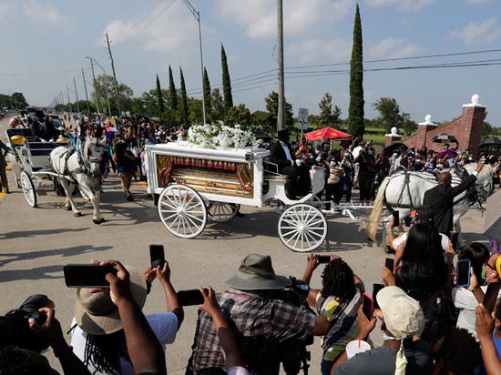 Эксперт рассказал о скрытых намеках на «золотых» похоронах Джорджа Флойда