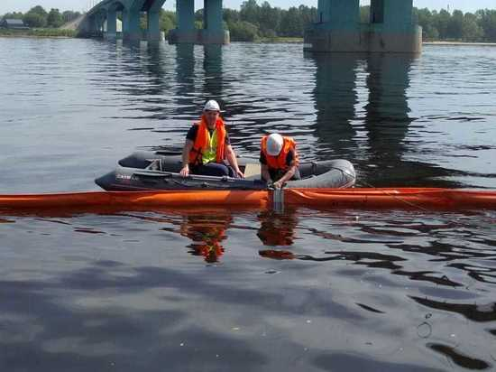 В Ярославле спасатели ЭКОСПАС локализовали нефтяное пятно на Волге