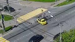 В Москве инспектор ГИБДД на мотоцикле слету врезался в такси