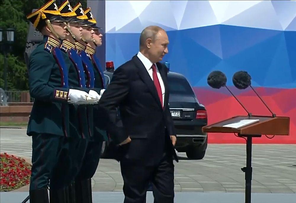 Путин вышел на воздух с блаженной улыбкой: кадры Поклонной горы