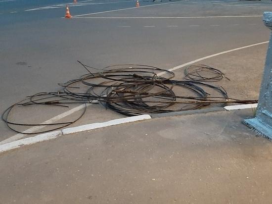 Жители увидели в центре Твери людей, срезающих провода