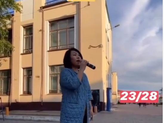 В Улан-Удэ Бадма-Ханда Аюшеева случайно спела на Арбате