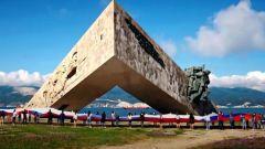 В Новороссийске водолазы погрузили на десятиметровую глубину флаг России