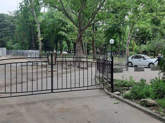 От жителей и гостей Симферополя загородили сквер «Мир»