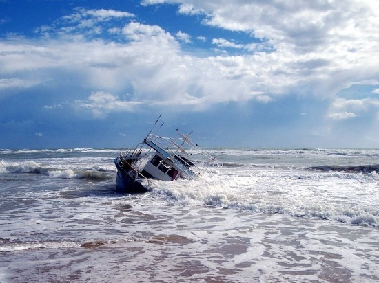 СМИ: Более 60 человек погибли при опрокидывании судна у берегов Туниса