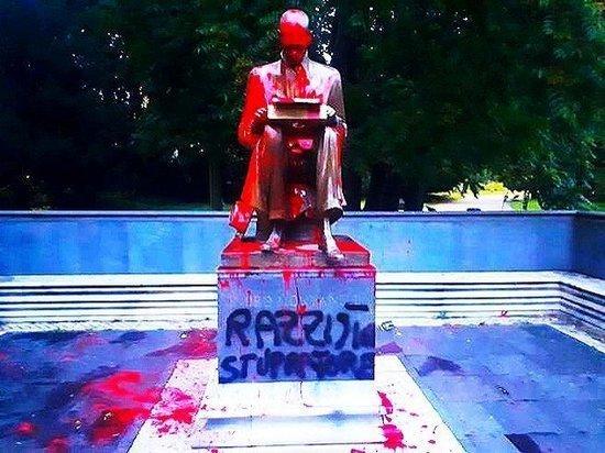 В Италии облили красной краской памятник Индро Монтанелли