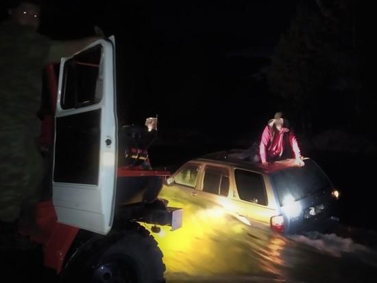 В Бурятии пожарные вытащили легковушку с водителем из горной реки