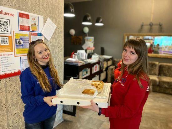 Вологодские активисты ОНФ вручили пироги волонтерам и медикам