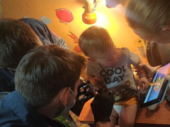 Спасателям пришлось разрезать игрушку, в которой застряли пальцы мальчика