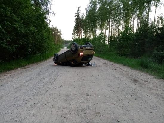 В Тверской области посреди дороги опрокинулся «Рено» - пострадали трое