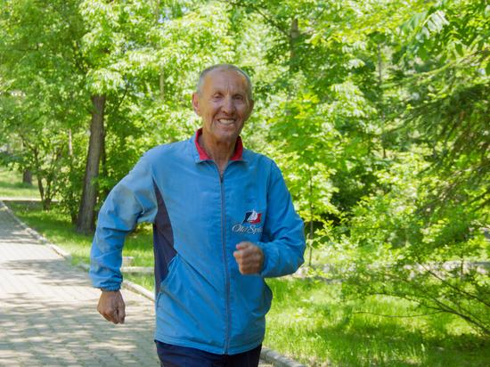 По жизни бегом: неугомонный пенсионер Владимир Плаксий ставит рекорды